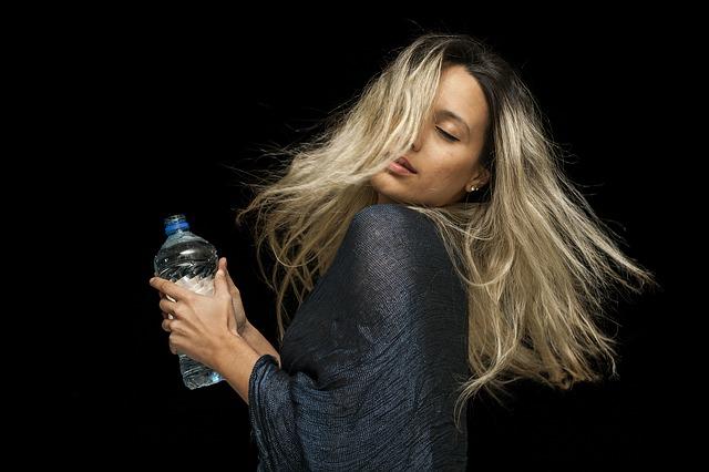 blondýna s vodou