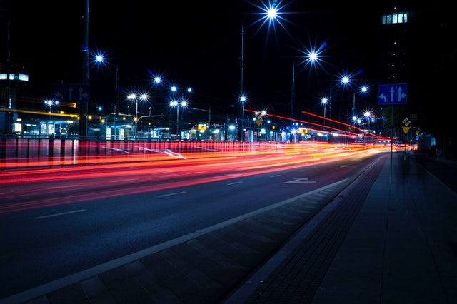 Noční provoz u rušné silnice