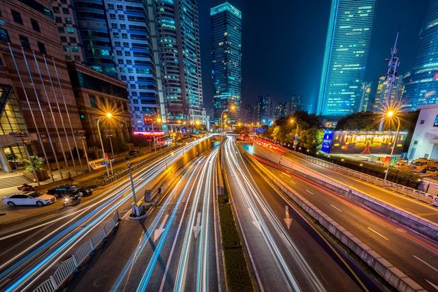 Hustý provoz v noční metropoli