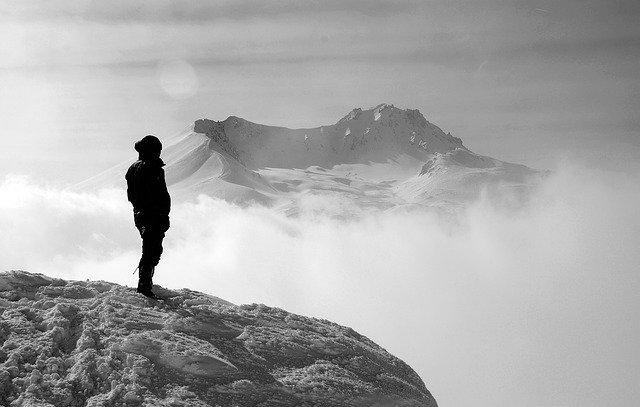 pohled ze zasněžené hory